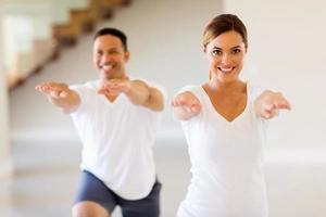 mujer joven haciendo ejercicio con novio