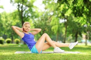 chica en ropa deportiva haciendo ejercicio al aire libre foto