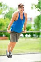 joven haciendo ejercicio en el gimnasio al aire libre
