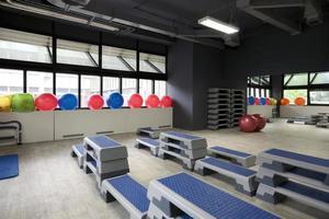 stepboards e bolas de pilates no ginásio