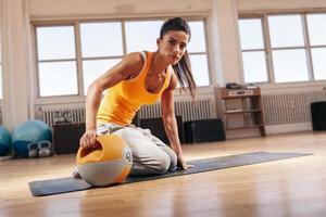 ajuste joven haciendo ejercicio con campana hervidor foto