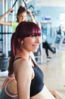 grupo de mujeres están entrenando en el gimnasio