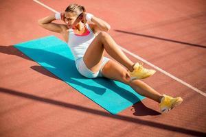 mujer joven haciendo ejercicio