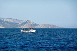 barco de pesca en el mar egeo