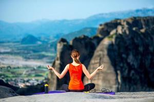 mujer meditando en las montañas foto
