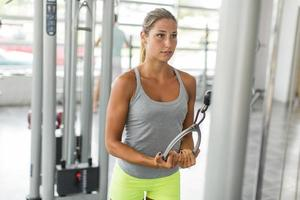 hübsche junge Frau, die im Fitnessstudio trainiert