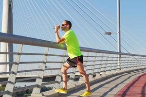 stedelijke jogger op brug.