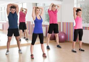 grupo de fitness en el gimnasio foto