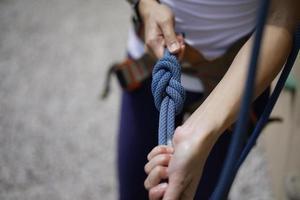 Cerca de la mujer agarrando la cuerda foto