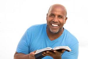 Afro-Amerikaanse man leest.