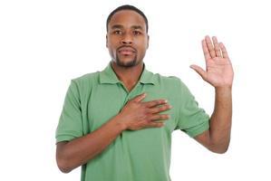 hombre afroamericano prometiendo