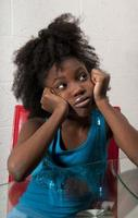 Afroamerikanermädchen sitzt