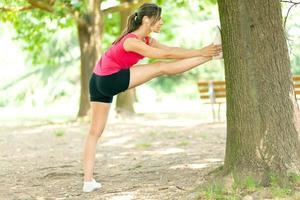 mujer estirando sus piernas
