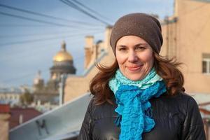 sonriente mujer caucásica en el techo en petersburgo foto