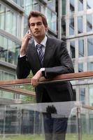 retrato do jovem empresário caucasiano confiante, falando no cel
