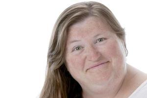 echte mensen: close-up headshot lachende blanke vrouw groot bouwen