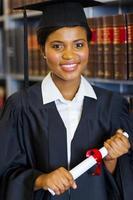 graduado afro-americano lindo da escola de direito