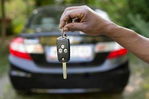homme tenant les clés de voiture