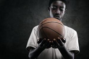 niño con baloncesto foto