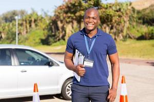 instructeur de conduite afro-américain dans le terrain d'essai