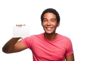 joven sosteniendo una tarjeta en blanco foto