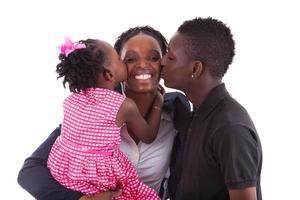feliz madre africana con sus hijos