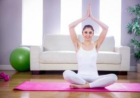 fit femme faire du yoga sur tapis