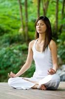mujer sentada en posición de ohm al aire libre foto