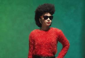 mujer elegante en tops rojos con gafas de sol