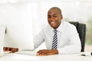 Ejecutivo de negocios afroamericano usando computadora foto