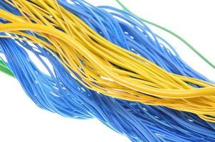 manojos de cables de computadora eléctricos foto