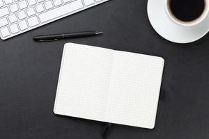 escritorio con computadora, suministros y café