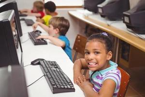 schattige leerlingen in de computerklas