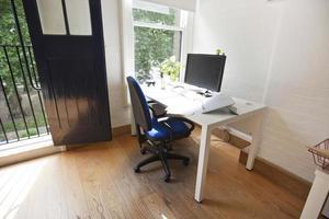 interior de oficina con computadora en escritorio foto