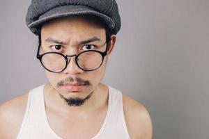rabugento homem asiático.