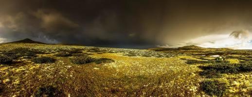 panorama de montaña rondane noruega con nubes de tormenta negras foto