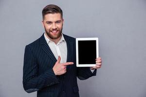 Geschäftsmann, der Finger auf Tablet-Computerbildschirm zeigt
