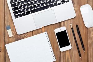 mesa de escritorio de oficina con computadora y suministros