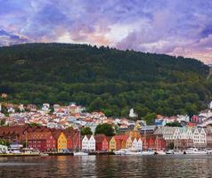 famosa calle bryggen en bergen - noruega