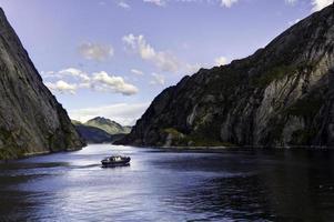 Barco en el fiordo trollsfjord, Noruega foto