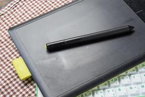 stylo et souris sur une tablette numérique