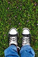 de pie en la hierba fresca de primavera foto