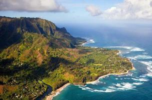 Cordilheira de Kauai com casas milionárias