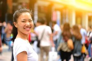 mujer de ocio sonríe en la calle foto