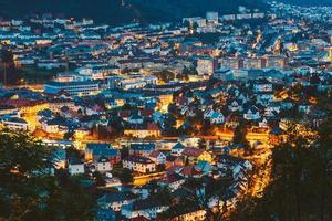 Paisaje urbano de Bergen y el puerto desde la cima de la montaña, Noruega