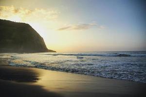 costa de hawaii durante el atardecer - valle de waipio foto
