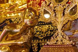 estátua de monge asiático
