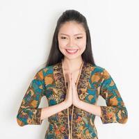 saludo chica asiática foto