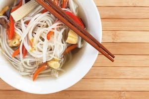 sopa de fideos asiáticos foto