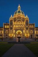 Vista nocturna de la casa de gobierno en victoria bc foto